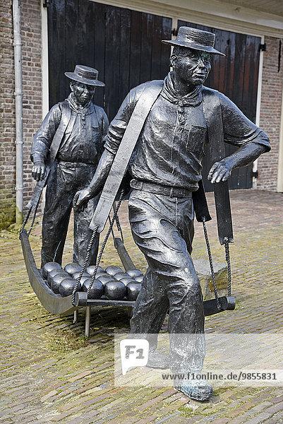 Käseträger  Skulptur am Käsemarkt  Edam  Nordholland  Niederlande  Europa