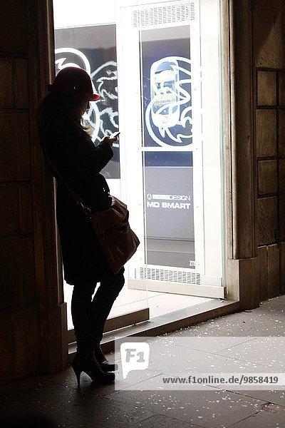 Handy junge Frau junge Frauen benutzen Rom Hauptstadt Straße Kurznachricht Italien