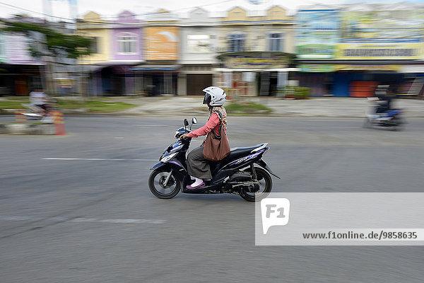 Frau auf Moped  Banda Aceh  Indonesien  Asien