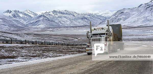 Dalton Highway  links Trans-Alaska-Pipeline  TAPS  hinten Brooks Range  Alaska  USA  Nordamerika
