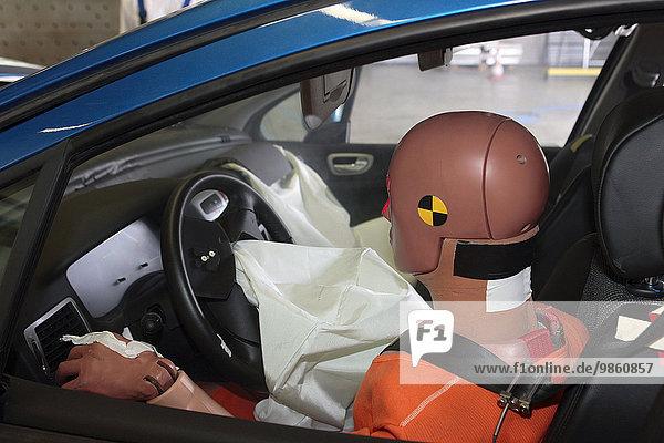 Personen-Dummy im Pkw  Crashtest  Bensberg  Bergisch Gladbach  Nordrhein-Westfalen  Deutschland  Europa
