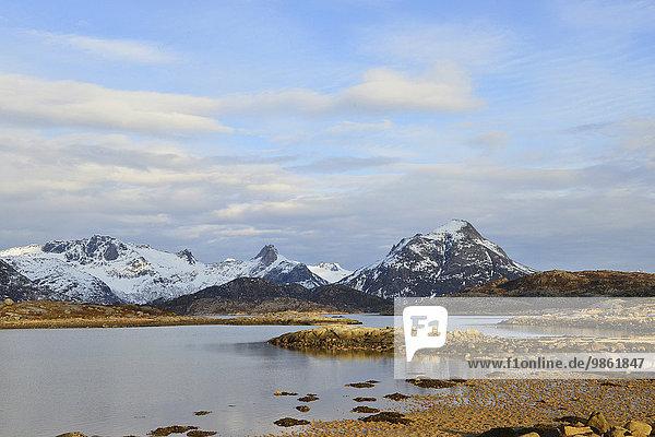 Kleiner See auf der bergigen Insel Austvågøy mit schneebedeckten Bergen  bei Svolvær  Lofoten  Nordland  Norwegen  Europa