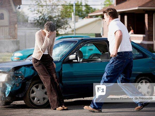 Frau Mann Auto Hilfe Unfall