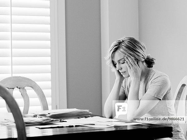 Frau am Tisch essen Zimmer bezahlen zahlen Rechnung Tisch