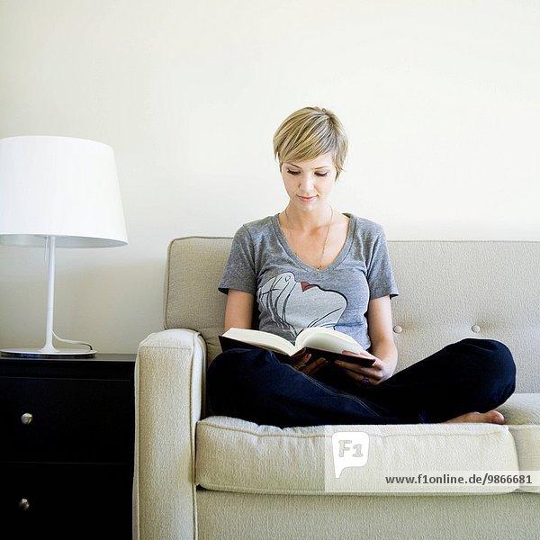 Frau, Buch, Couch, Taschenbuch, vorlesen