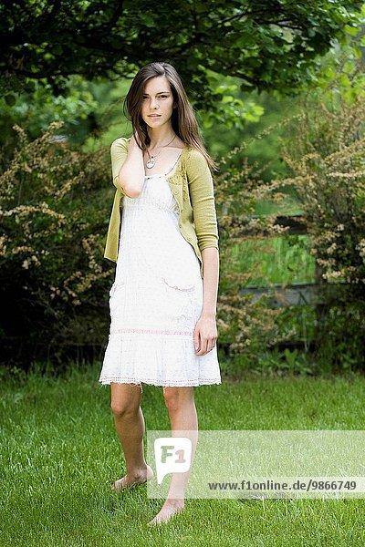 Frau weiß Kleid