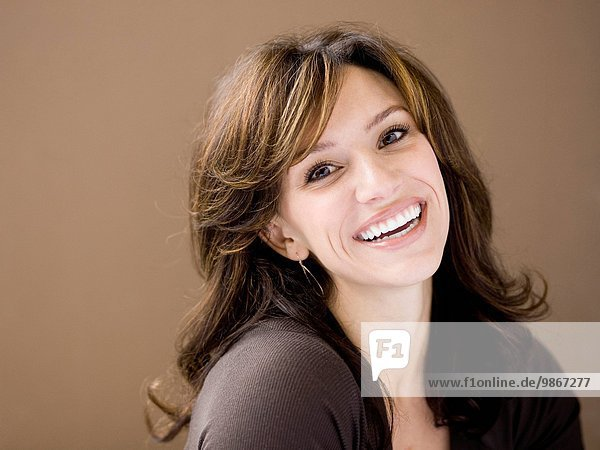 junge Frau junge Frauen Portrait lächeln Studioaufnahme