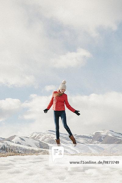 springen über Jacke lang langes langer lange rot Himmel jung Mädchen Schnee