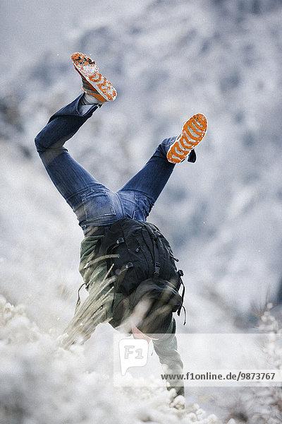 Handstand Rucksack Berg Schnee wandern Hang