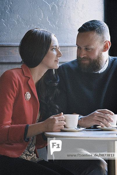 sitzend Cafe Seitenansicht Tisch