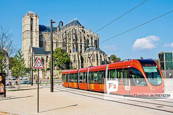 Kathedrale Quadrat Quadrate quadratisch quadratisches quadratischer Heiligtum Mann Straßenbahn Menschen im Hintergrund Hintergrundperson Hintergrundpersonen Platz