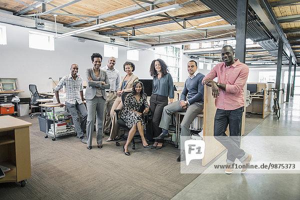 Schreibtisch Mensch Büro Menschen lächeln Business