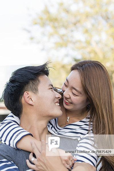 Außenaufnahme umarmen lächeln südkoreanisch freie Natur