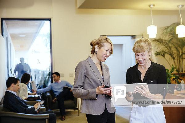 Korridor Korridore Flur Flure benutzen Geschäftsfrau Büro Tablet PC