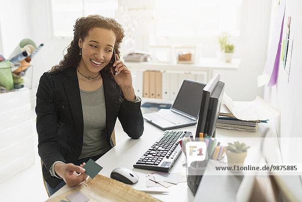 Geschäftsfrau Schreibtisch arbeiten mischen Mixed