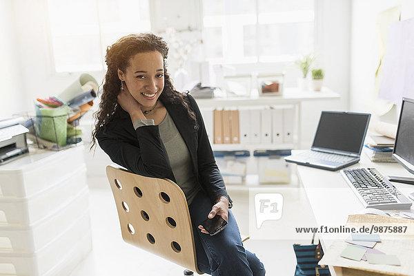 Geschäftsfrau Schreibtisch lächeln mischen Mixed