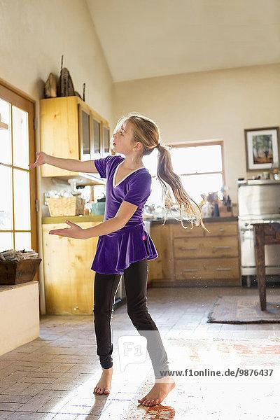 Europäer Küche tanzen Mädchen