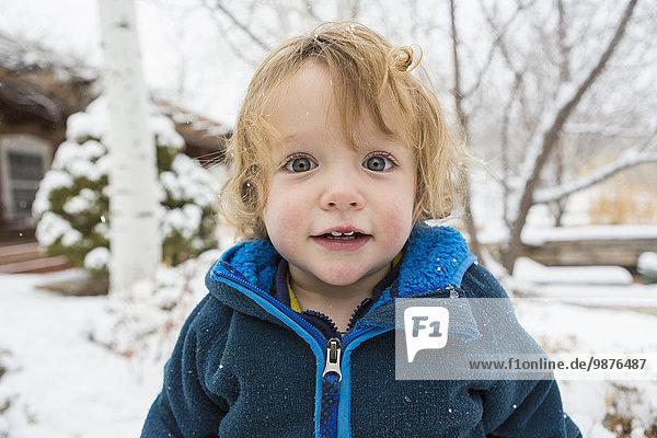 stehend Europäer Junge - Person Schnee