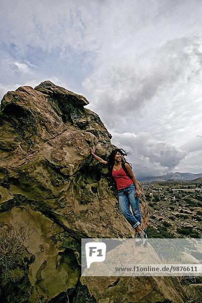 Felsbrocken stehend Frau Hispanier Anordnung