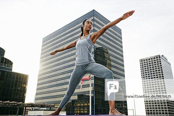 Dach Städtisches Motiv Städtische Motive Straßenszene Frau üben amerikanisch Yoga
