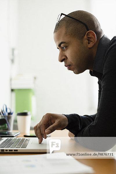 Schreibtisch Notebook Geschäftsmann arbeiten mischen Mixed