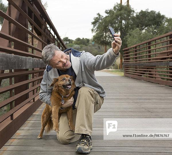 Europäer Mann Fotografie nehmen Hund Brücke
