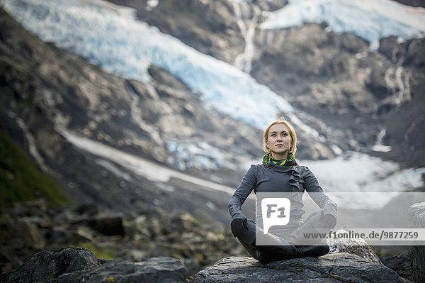 Frau sitzend Hintergrund Yoga Pose