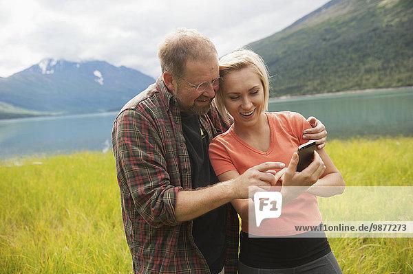 unterhalten, See, frontal, Fotografie, Smartphone, Mann und Frau