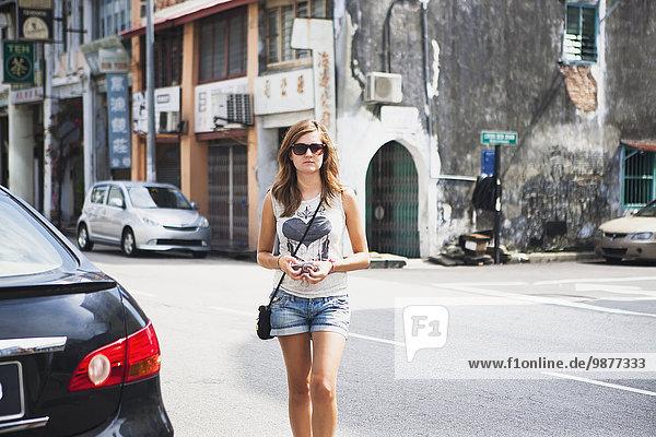 Siedlung gehen klein Straße Tourist jung