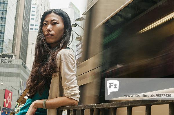 junge Frau junge Frauen beschäftigt chinesisch