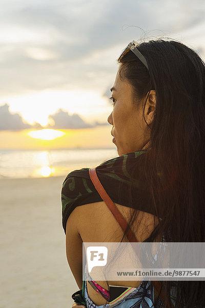 stehend junge Frau junge Frauen Strand Sonnenuntergang