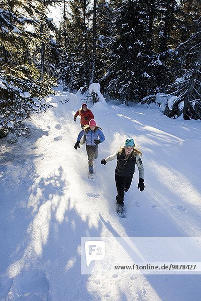 nahe Außenaufnahme Frau Fröhlichkeit jung 3 Schneeschuh freie Natur