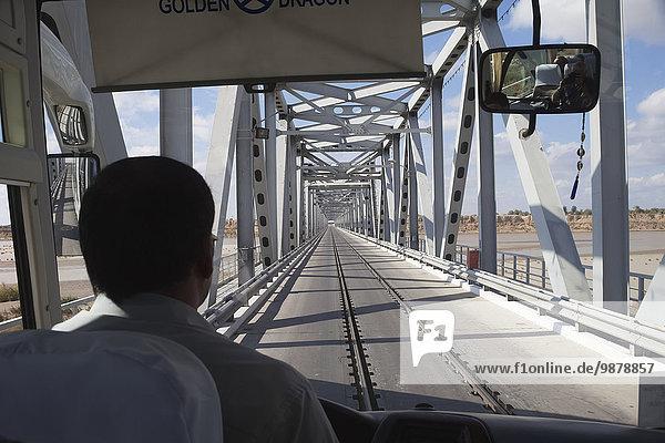 überqueren Geländer Fernverkehrsstraße Brücke Fluss