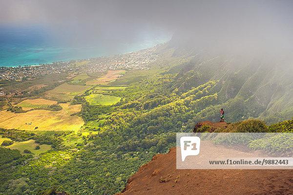 stehend Mann Fröhlichkeit Tag Amerika Ecke Ecken Wolke Steilküste Stadt Ansicht Verbindung Seitenansicht Hawaii Oahu Prozess