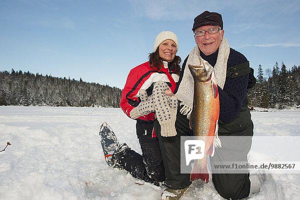 zeigen Frau fangen Eis angeln groß großes großer große großen alt Fischer
