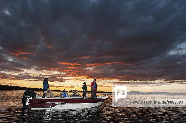 Sonnenuntergang Ruhe See angeln Motorboot