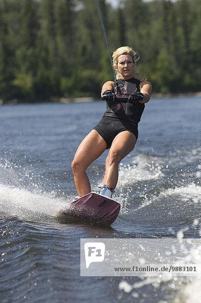 Wakeboarding Wake boarding Frau See reifer Erwachsene reife Erwachsene Mittelpunkt Wakeboarding