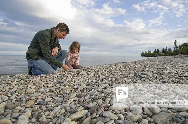 Wasserrand Felsen Menschlicher Vater See jung Tochter Hecla-Grindstone Provincial Park