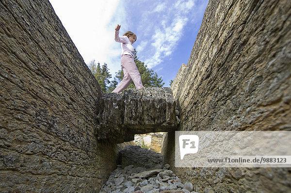 unterhalb Meer springen Insel jung glatt Hecla-Grindstone Provincial Park Mädchen Kalkstein Million