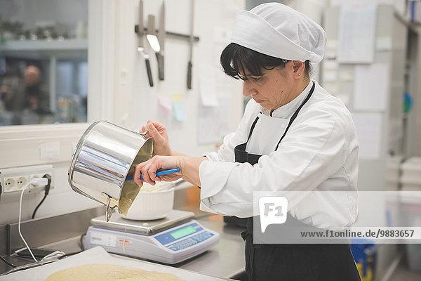Bäckerei-Gießmasse auf Tablett in der Küche