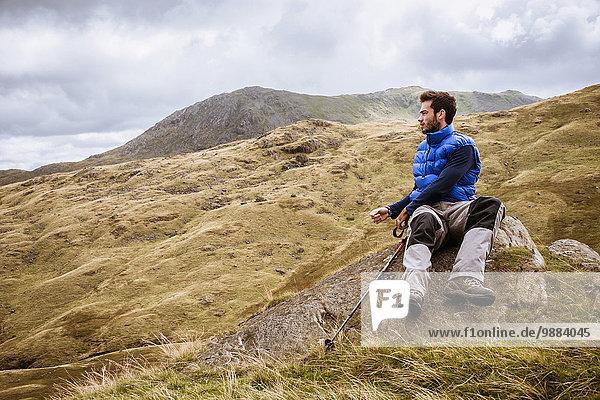 Junger Wanderer mit Blick auf die Landschaft  The Lake District  Cumbria  UK