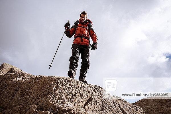 Tiefblick auf junge männliche Wanderer auf Felsen  The Lake District  Cumbria  UK