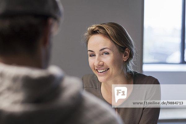 Über Schulteransicht von Mann und Frau beim Treffen Über Schulteransicht von Mann und Frau beim Treffen