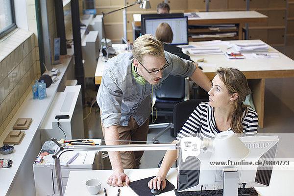 Kollegen treffen sich informell am Büroarbeitsplatz