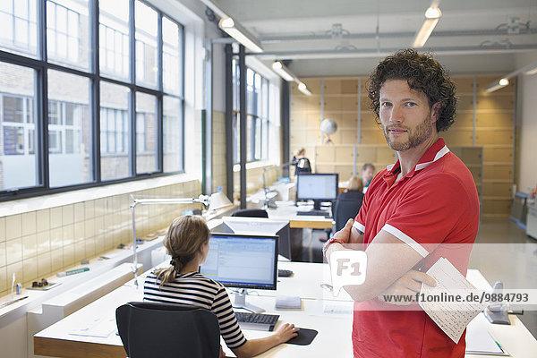 Porträt eines Mannes im geschäftigen Kreativbüro
