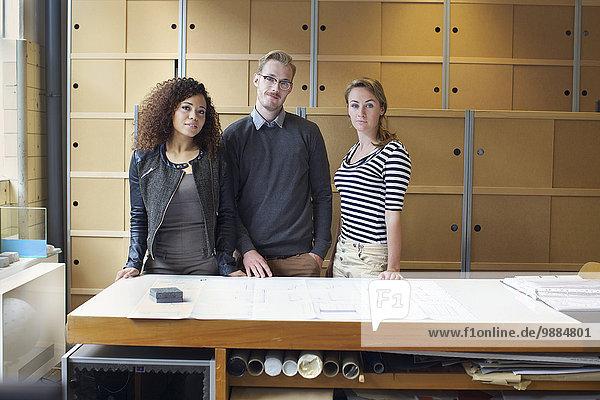 Porträt von drei jungen Designern im Kreativbüro