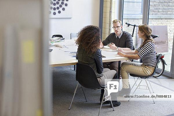 Designteambesprechung am Konferenztisch im Büro