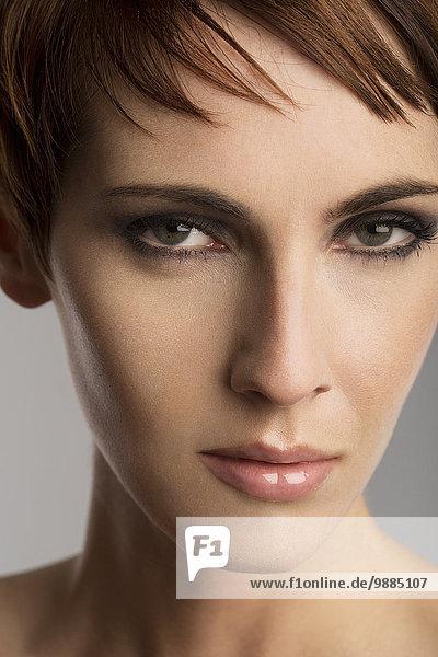 Nahaufnahme Studio-Porträt der schönen Frau