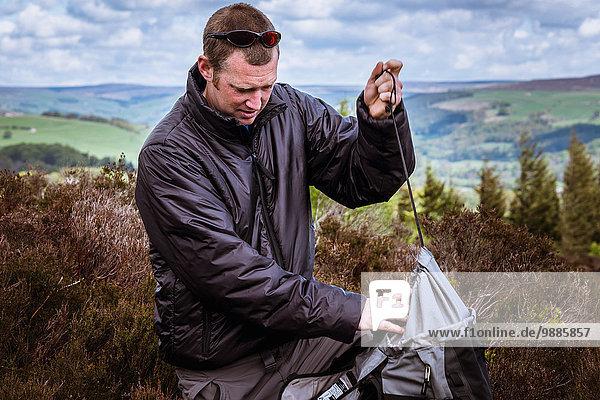 Rucksack für Wanderer auf Heidemoor  Pateley Bridge  Nidderdale  Yorkshire Dales