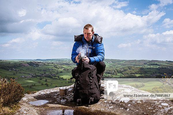 Männlicher Wanderer mit Campingkocher auf der Guise Cliff  Pateley Bridge  Nidderdale  Yorkshire Dales